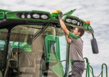 John Deere modernizuje technologię satelitarną używaną przez rolników